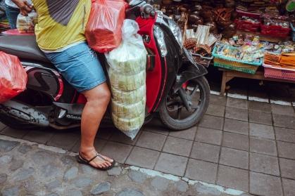 Prefab canang sari delivery - Pasar Ubud - Bali Street Photographer Tour