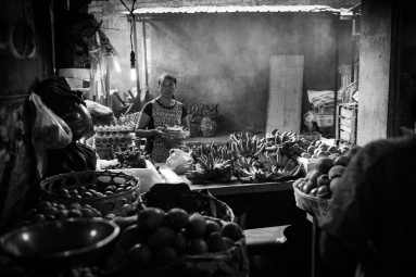 Market trader in Ubud, Bali ©️ Les Telford with Bali Street Photographer.