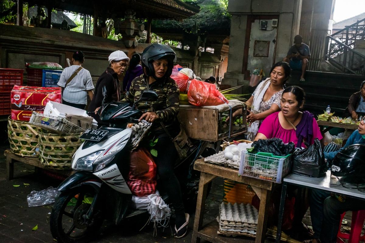 Sepeda Motor di Pasar Ubud - Bali Street Photographer