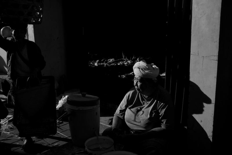 Chasing harsh light - Pasar Ubud Bali Street Photography Tours