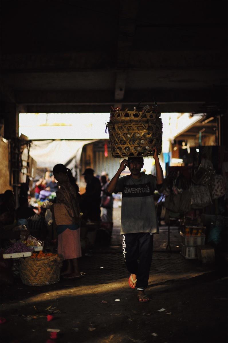 Man with basket ©️ Syahravi - Pasar Ubud Bali Street Photographer Tour