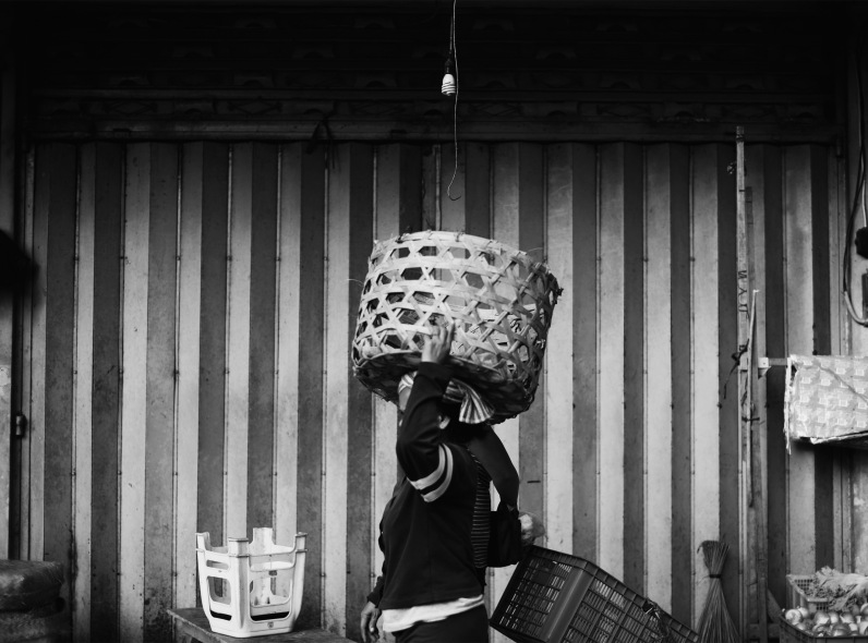 Woman with basket ©️ Syahravi - Pasar Ubud Bali Street Photographer Tour