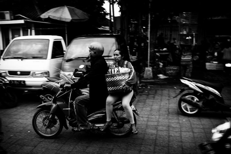 Ibu & bapak naik sepeda motor dari Pasar Ubud - Bali Street Photographer