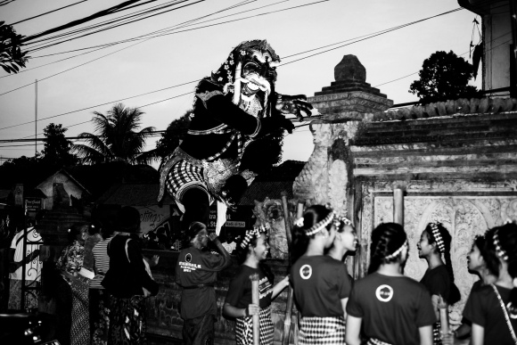 Waiting for the Ogoh-ogoh Parade - Bali Street Photographer