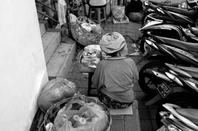 Balinese Woman Selling Canang sari Balinese offerings Pasar Ubud Bali - Bali Street Photographer Tour
